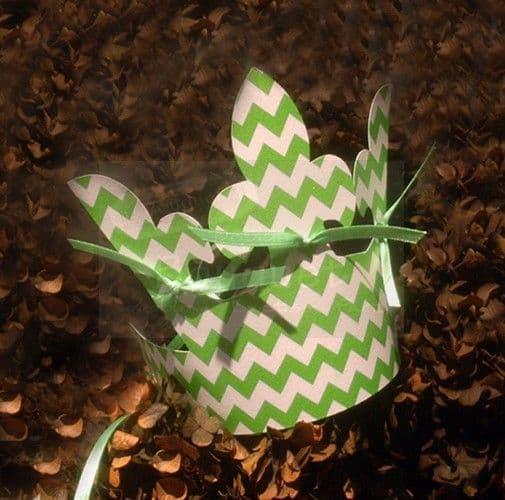 Χάρτινη κορώνα με πράσινο ζικ ζακ για παιδιά.