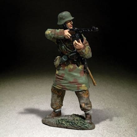 WB25119 German Waffen SS in Italian Camo Standing Firing PPSH 41